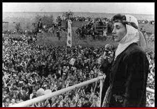 Leyla Zana spreekt in Koerdische klederdracht een grote menigte Koerden toe in Noord-Koerdistan