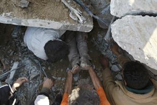 Inwoners van Gaza proberen bewoners van onder het puin te bevrijden (AFP)